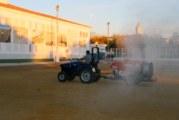 El Ayuntamiento, con la colaboración de los agricultores, refuerza la desinfección en los centros escolares